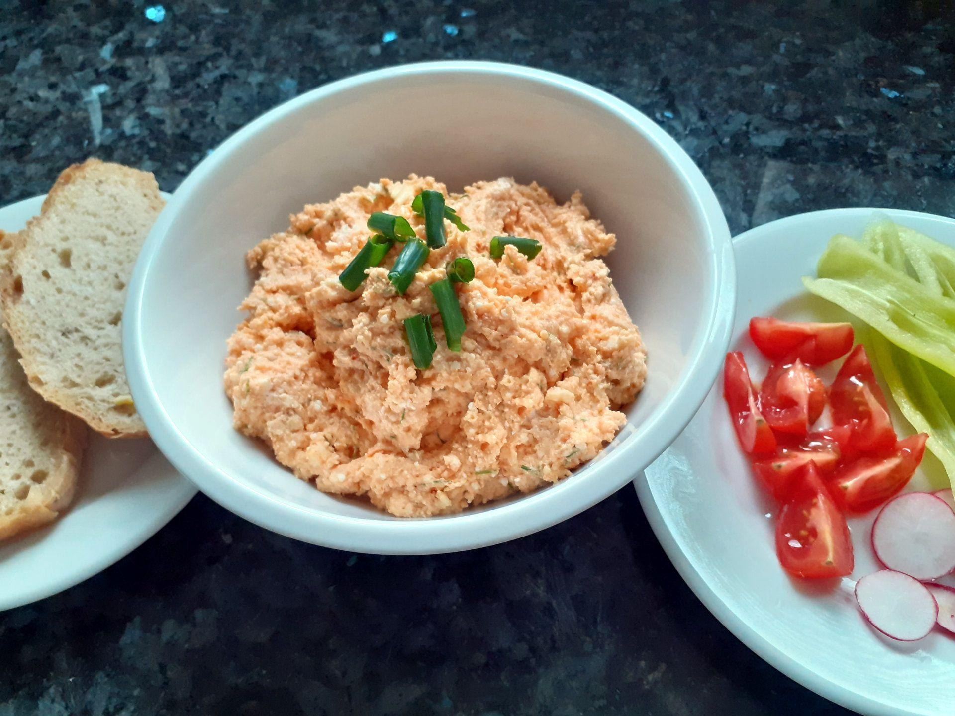 Šmirkas s čerstvým chlebom, paradajkou, paprikou a reďkovkou