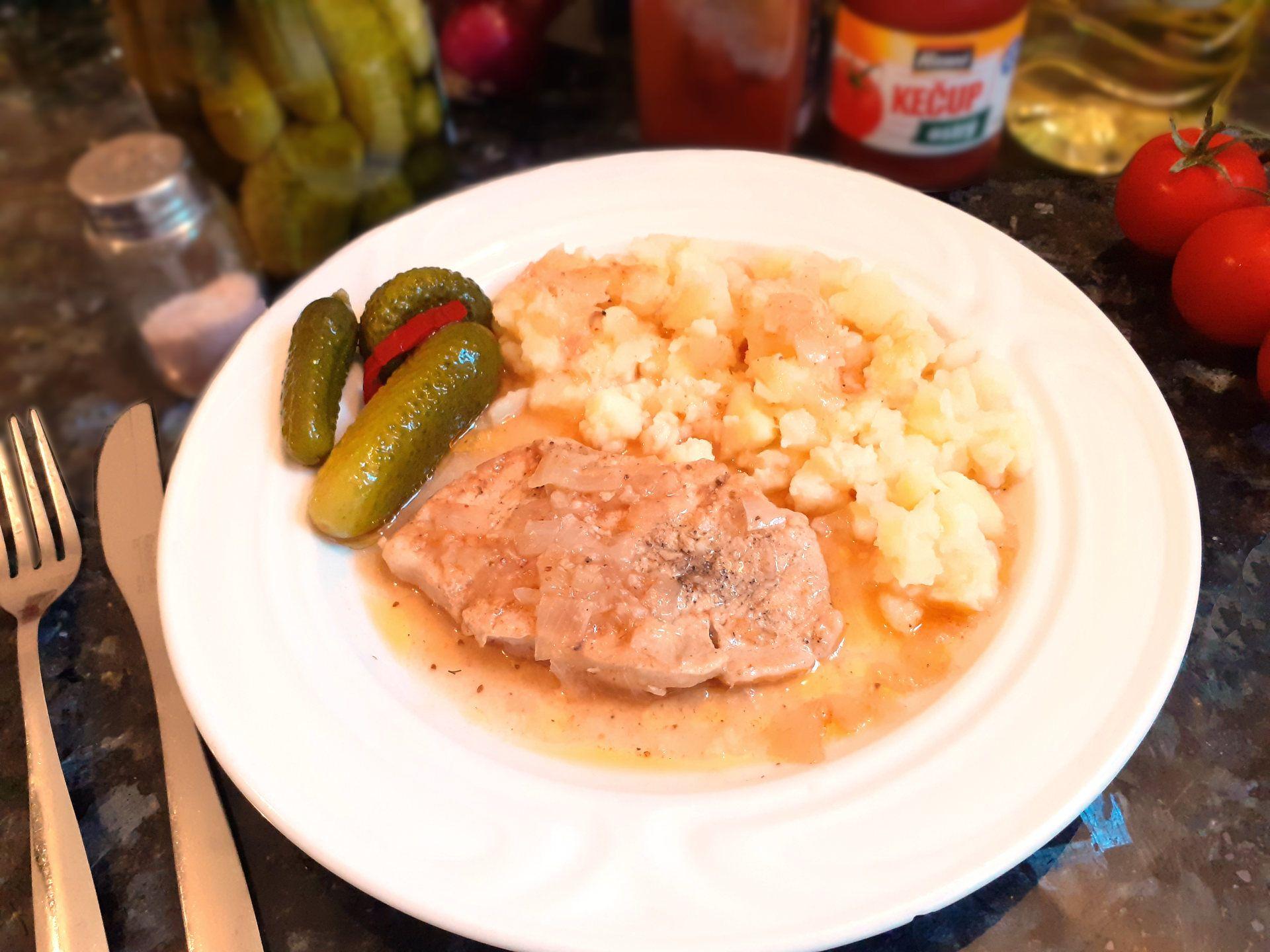 Rezník so zemiakovou kašou a kyslými uhorkami