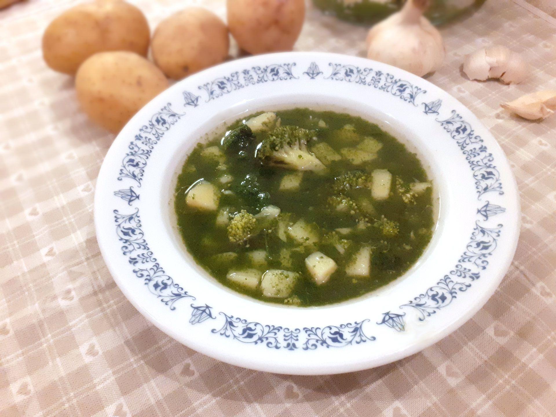 Tanier plný zelenej brokolicovej polievky so špenátom a zemiakmi