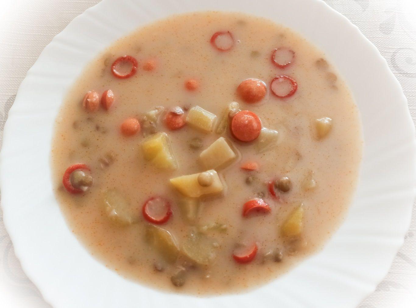 Polievka zo šošovice s opečenými párkami a zemiakmi