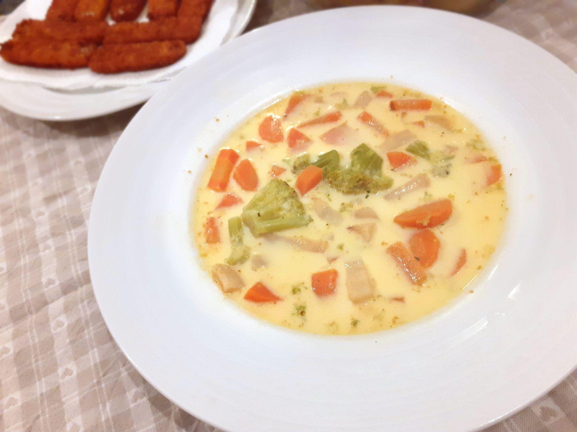 Hlboký tanier so smotanovo-brokolicovo-mrkvovo-kari príchuťou