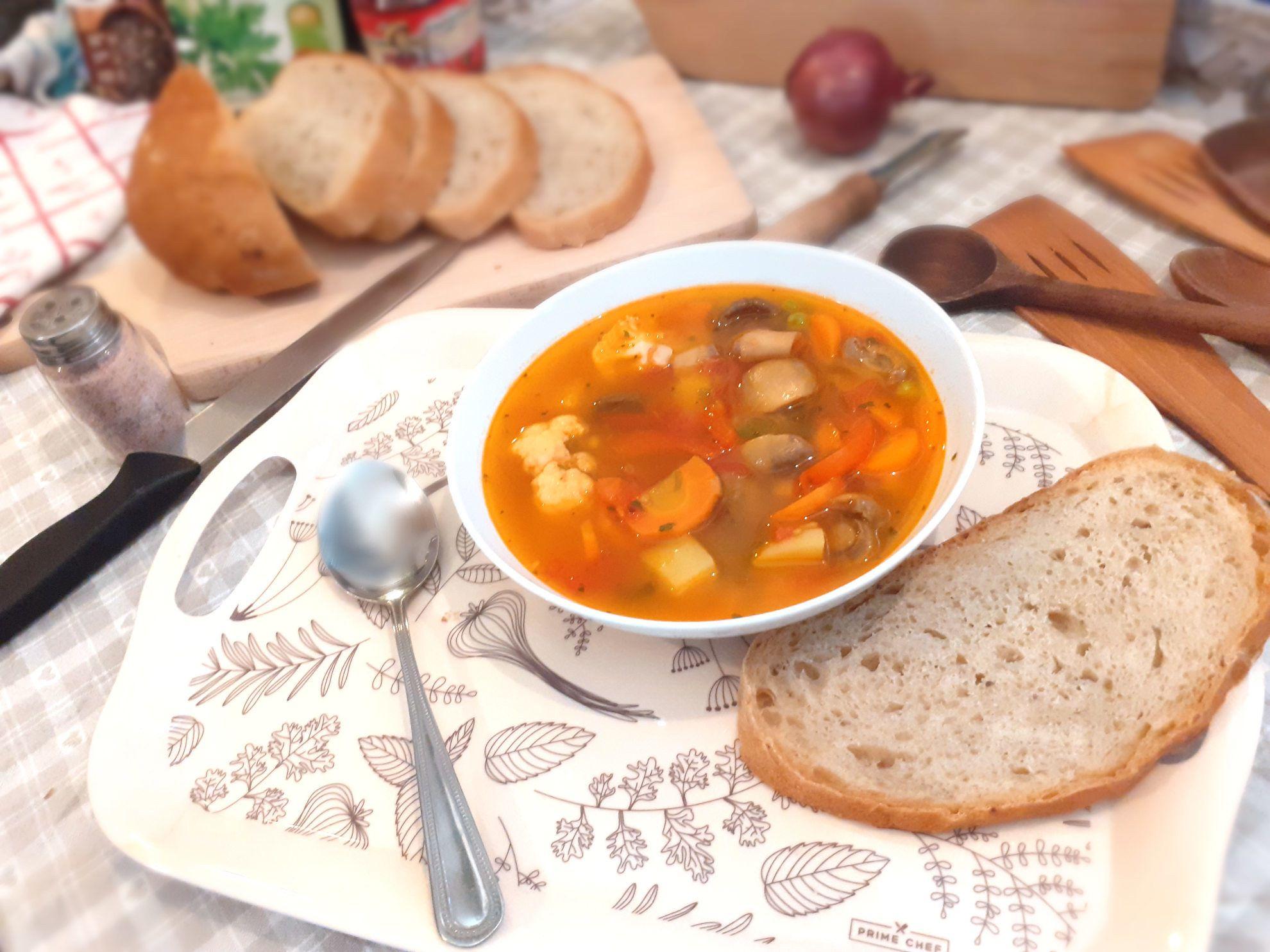 Guláš zo šampiňónov, mrkvy, karfiolu a hrášku so zemiakmi