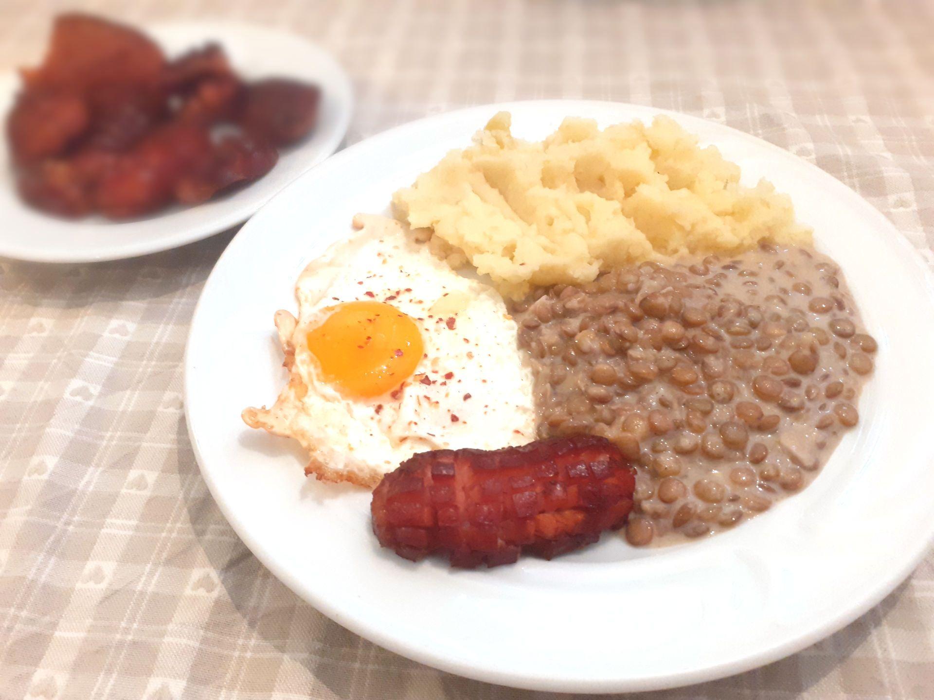 Šošovicová omáčka so zemiakovou kašou, volským okom a špekačkou