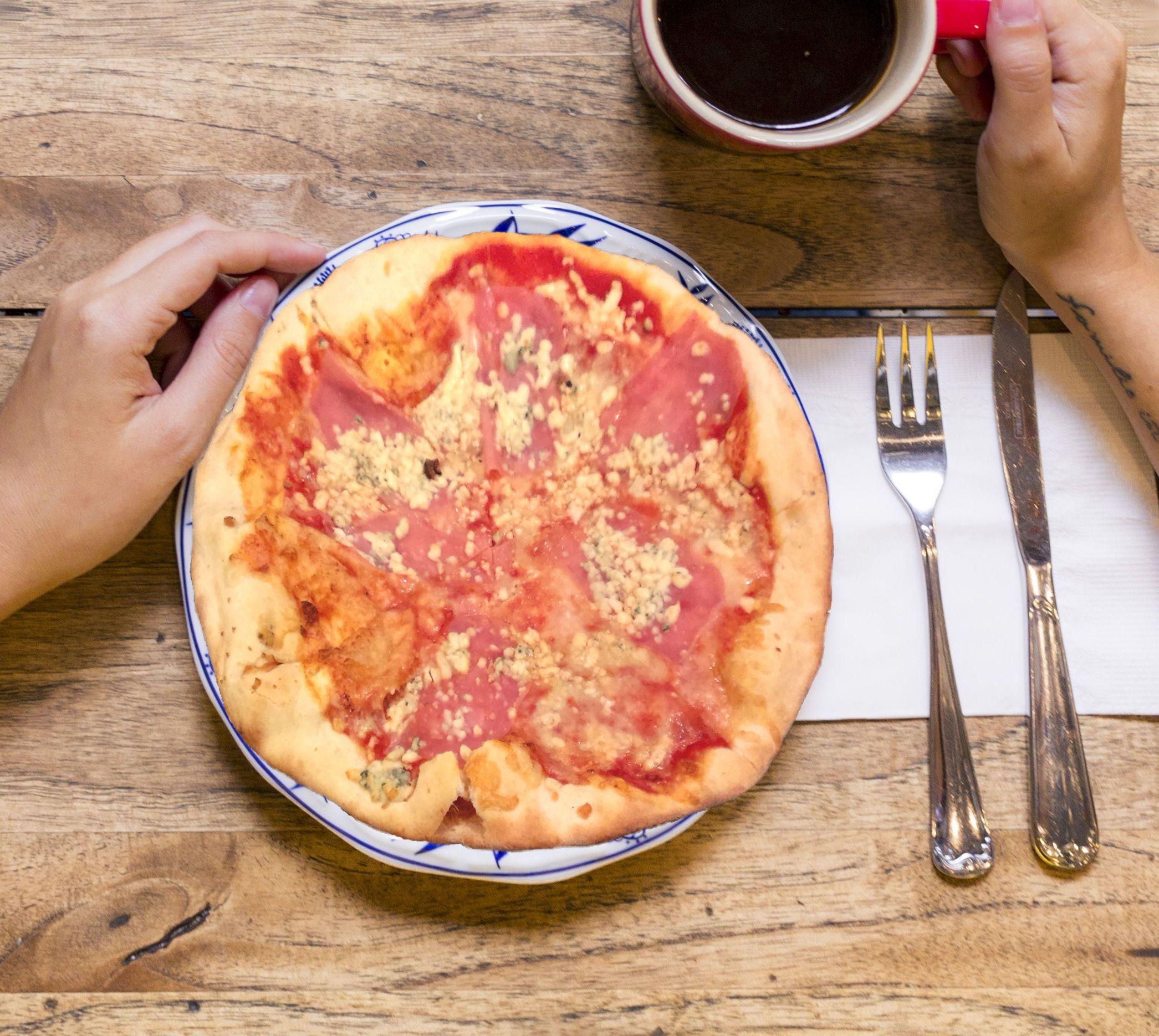 Syr, slanina a šunka na pizzi s paradajkovým základom