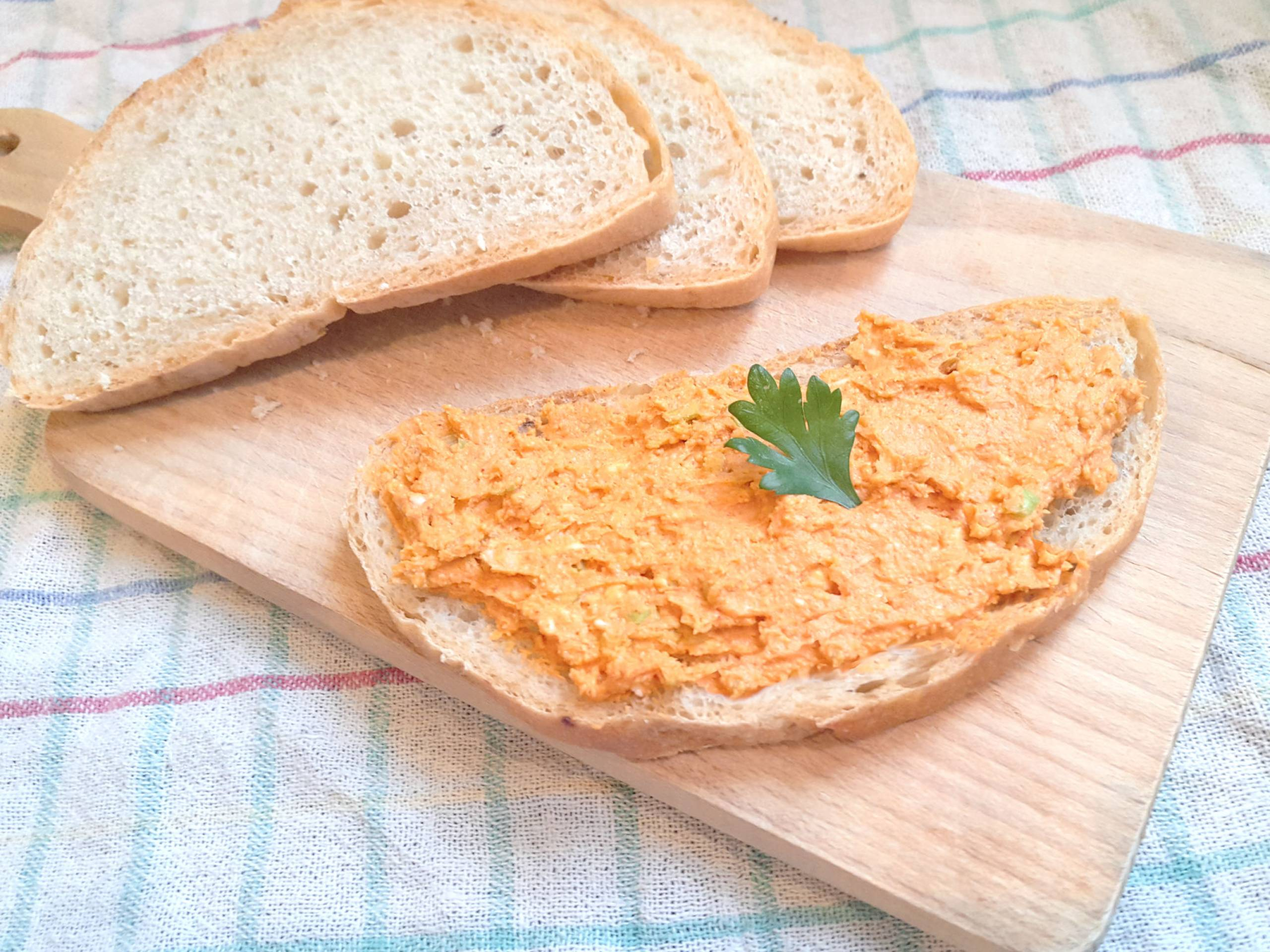Tradičná pomazánka-šmirkas na domácom chlebe na drevenej doske