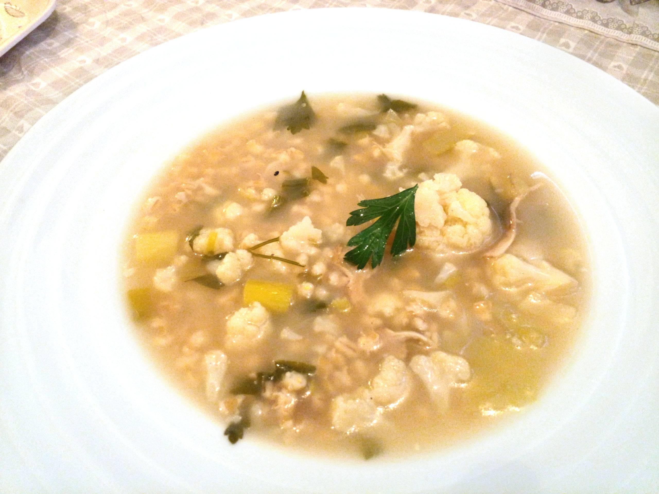 Hlboký tanier s polievkou, krúpky, huby, karfiol, paprika, petržlenová vňať