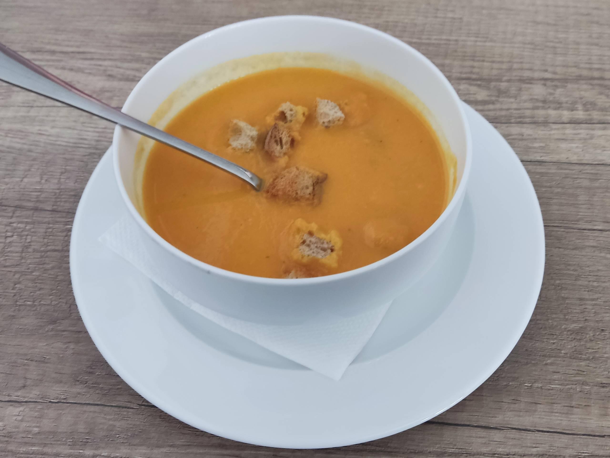 Mrkvová polievka, zázvor, krutóny v miske