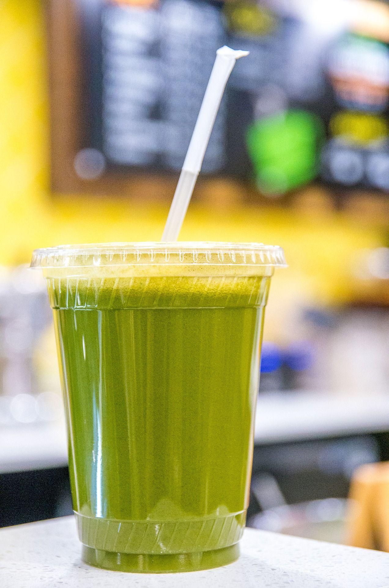 Zelený nápoj v priesvitnom pohári so slamkou